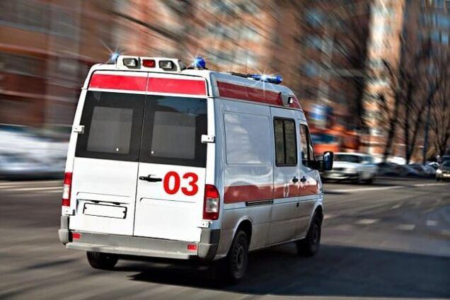 """Повз по снігу: в Росії лікарі """"швидкої"""" кинули пацієнта вмирати на вулиці. Жахливе відео"""