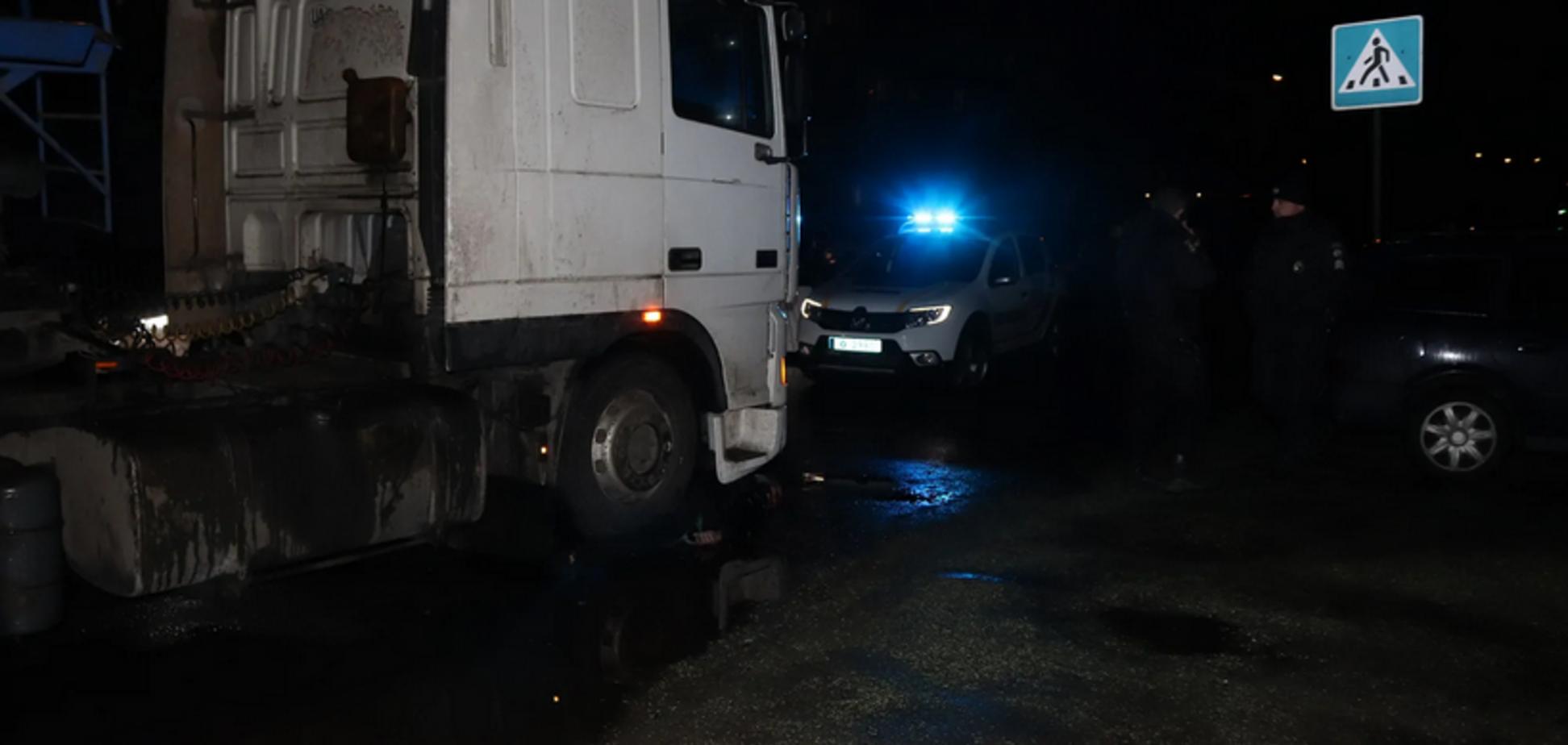 На Днепропетровщине фура сбила мужчину: фото 18+