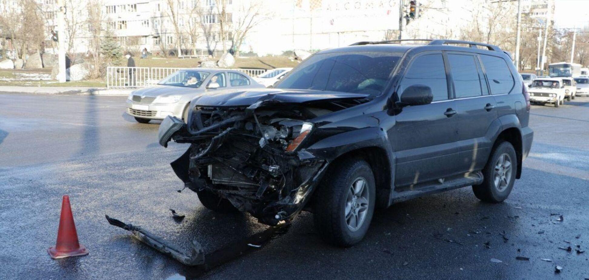 В Днепре автомобиль врезался в автобус с пассажирами: пострадал ребенок. Видео