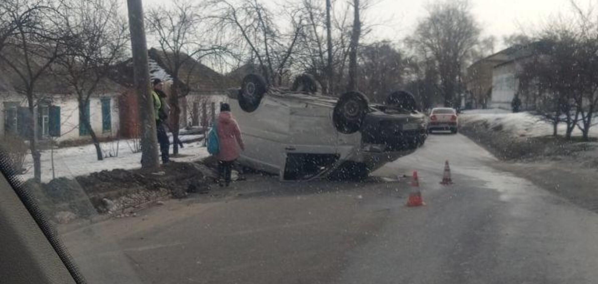 В Днепре на перекрестке произошло серьезное ДТП: одна машина перевернулась на крышу. Видео