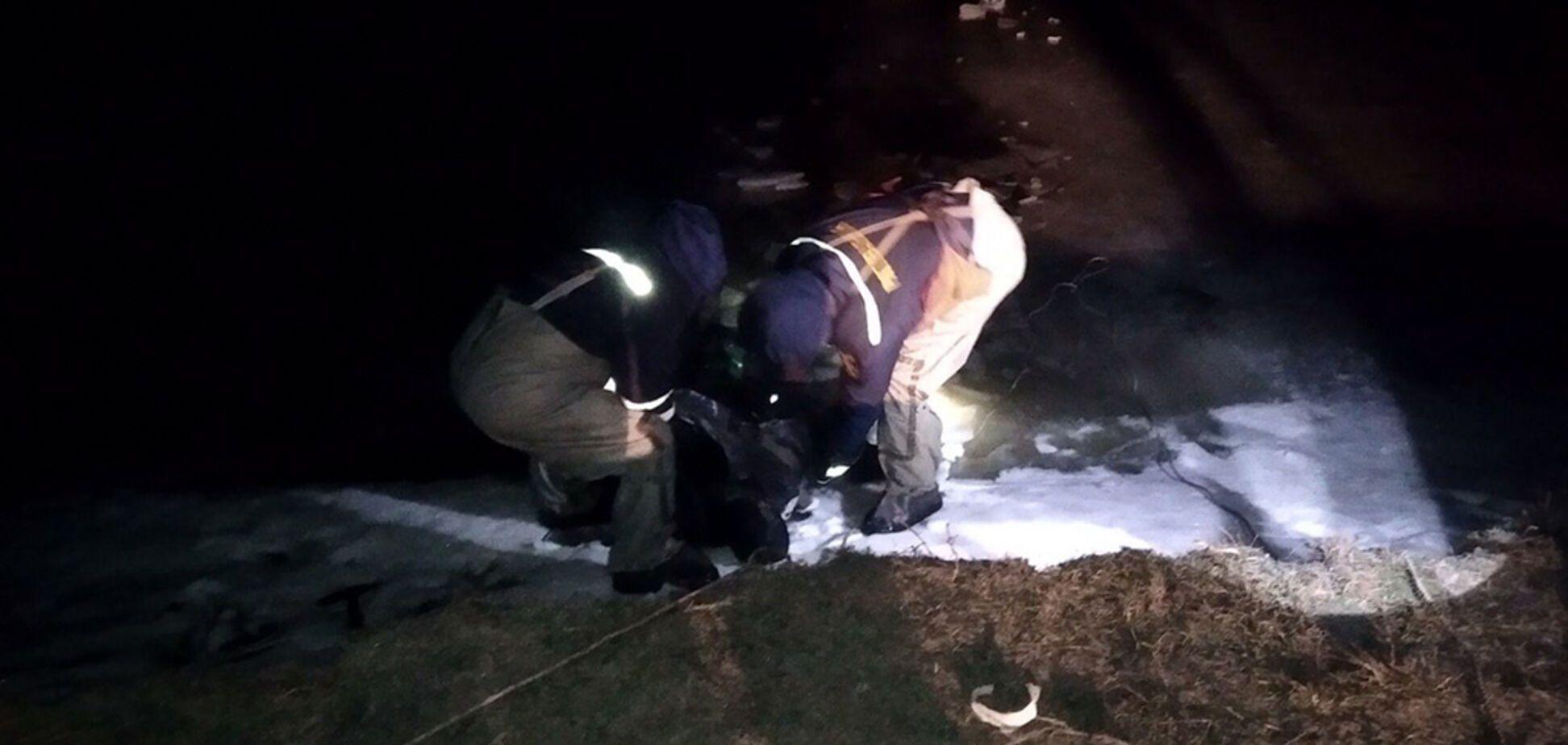 На Дніпропетровщині з-під льоду дістали тіло рибалки. Фото