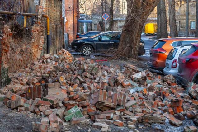 Стена обрушилась на припаркованные автомобили