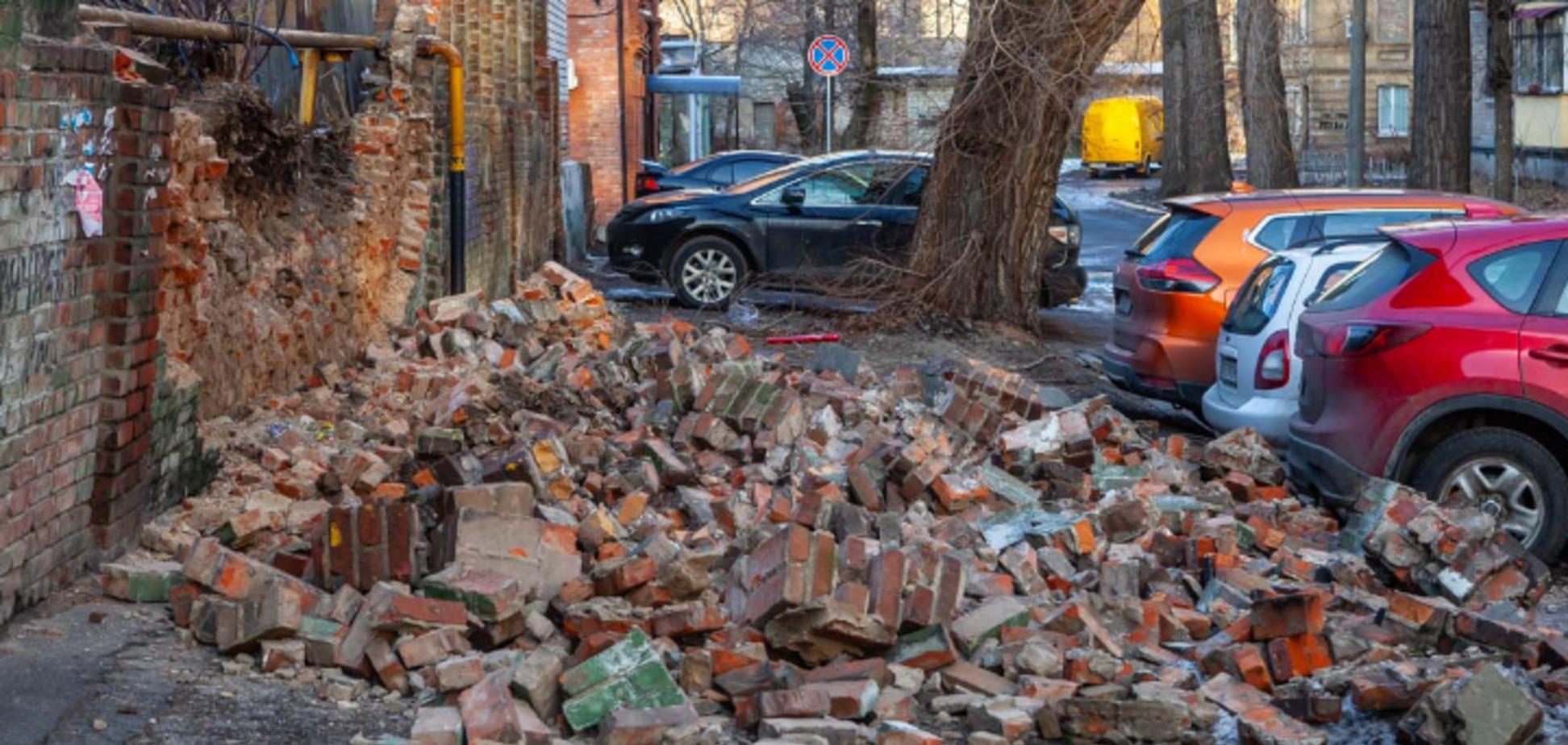 В Днепре стена обрушилась на припаркованные авто: видео
