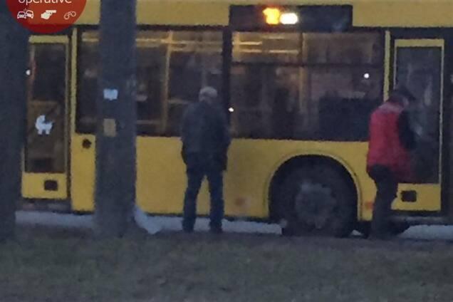В Киеве водитель и кондуктор справили нужду на автобус. Фотофакт