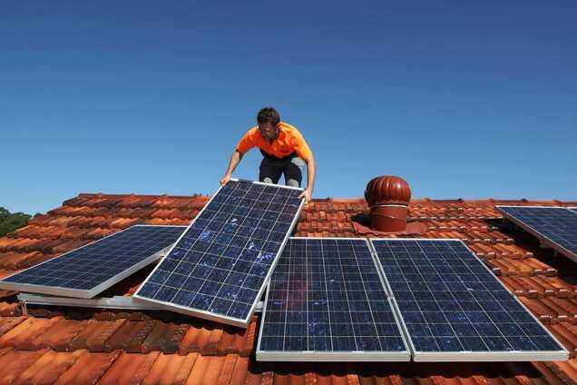 Сонячні панелі на даху житлового будинку