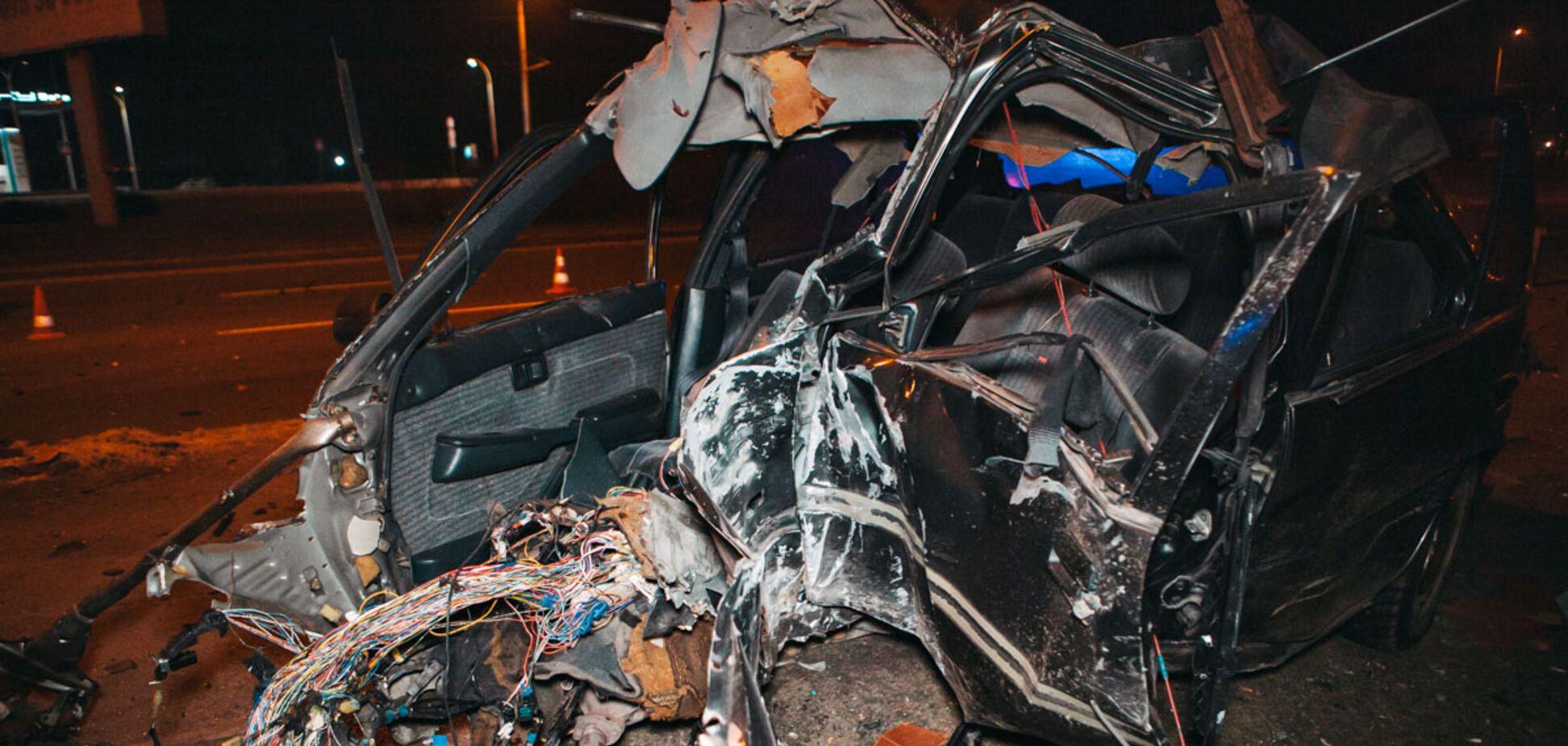 Погиб молодой водитель: в Днепре авто на скорости влетело в столб. Жуткие фото