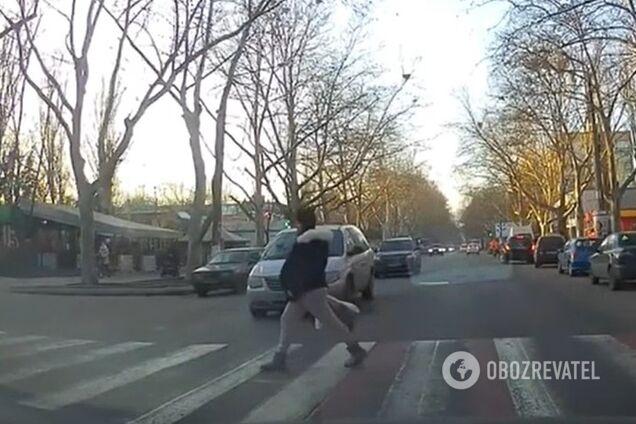 В Одессе лихач едва не снес беременную на пешеходном переходе