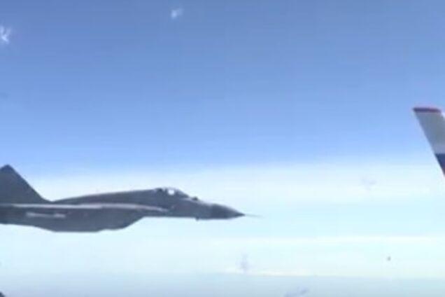 Сербские истребителиокружили самолет Шойгу. Видео