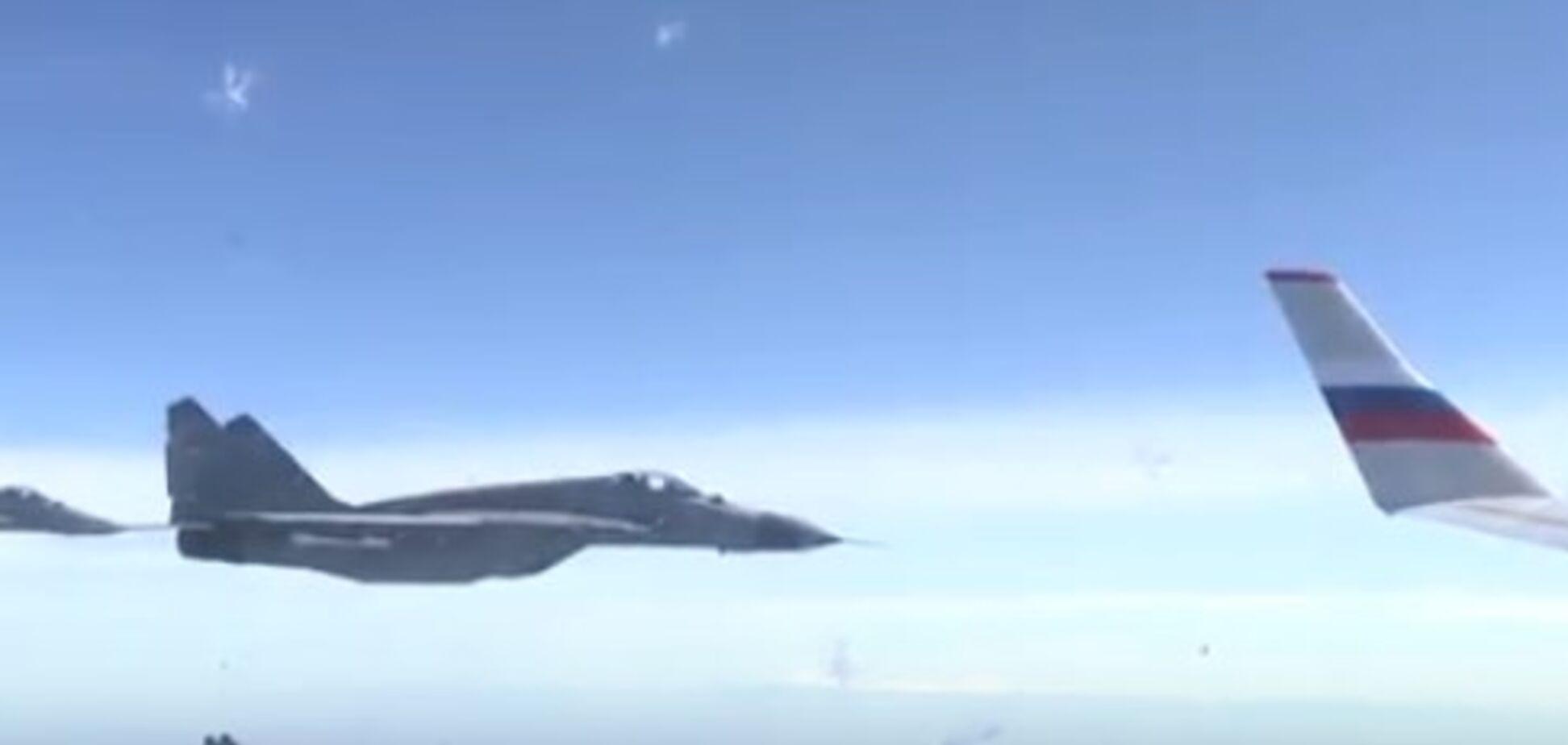 Сербські винищувачі оточили літак Шойгу. Відео