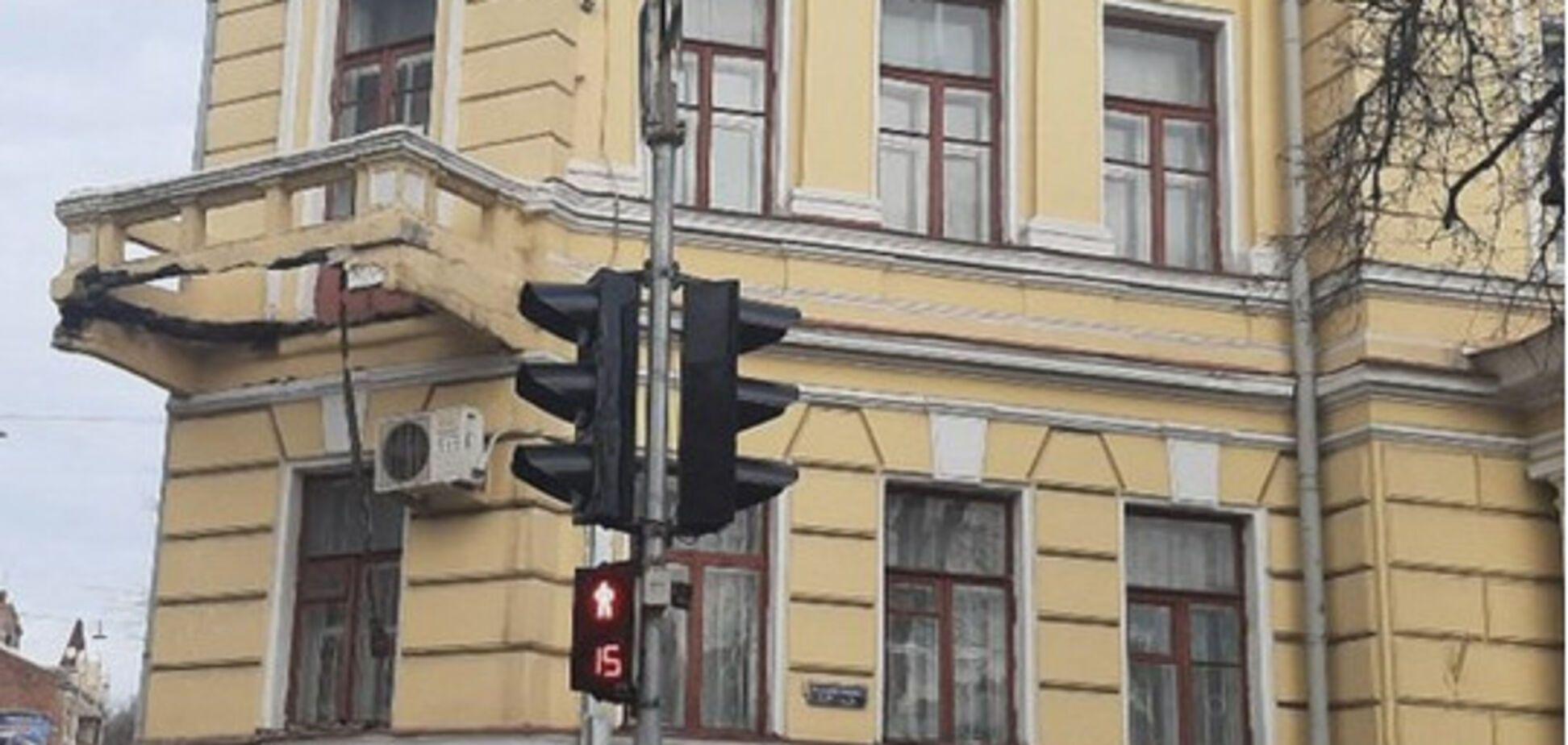 Чудом не задел людей! В Харькове рухнул старинный балкон: ЧП попало на видео