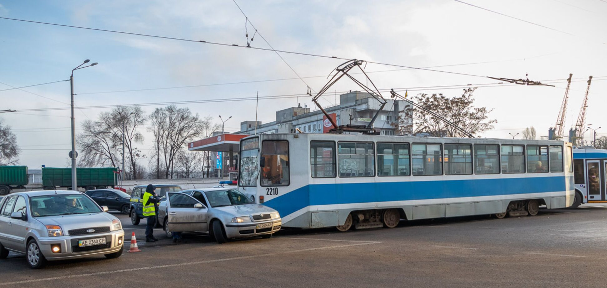 В Днепре трамвай на скорости протаранил легковушку. Фото и видео ДТП
