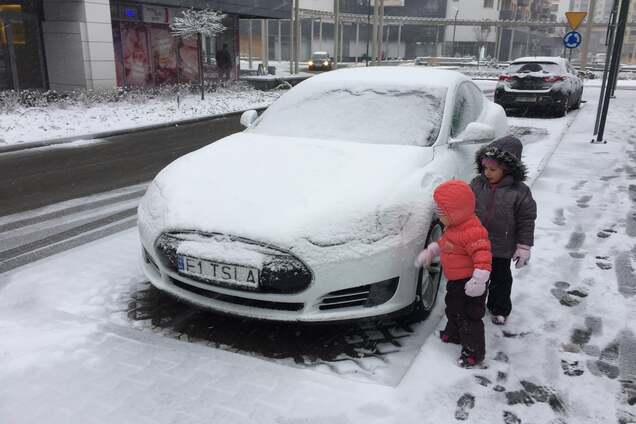 Электромобиль Tesla во время зимы