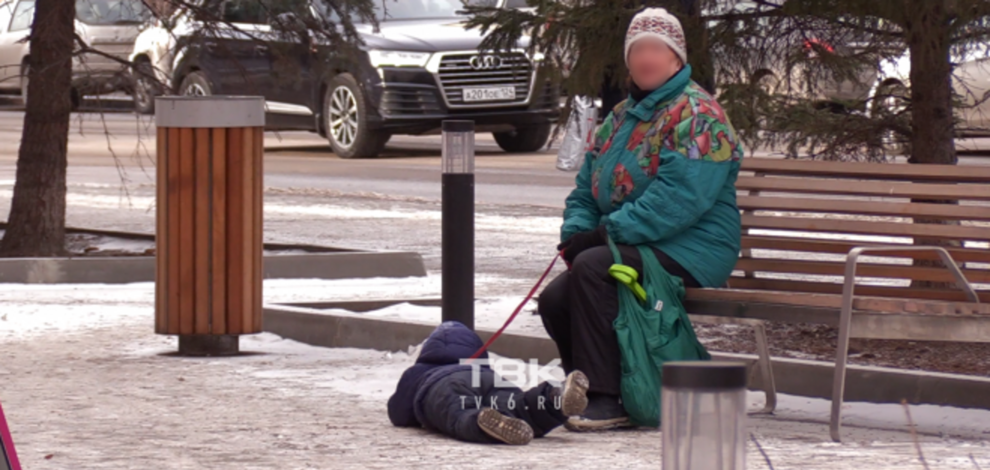 Как собаку: россиянка протянула ребенка в слезах по тротуару за 'поводок'. Видео