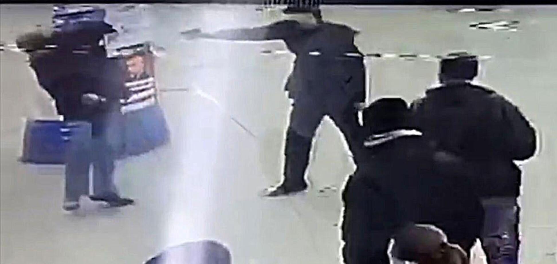 У Кременчуці біля зупинки застрелили чоловіка: поліція показала шокуючі кадри