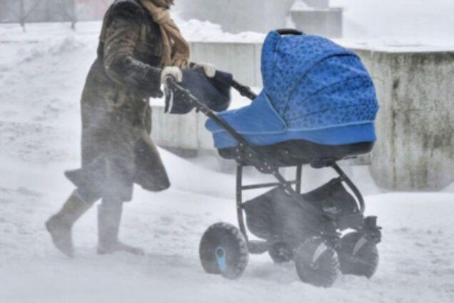 Женщина забыла своего ребенка посреди дороги
