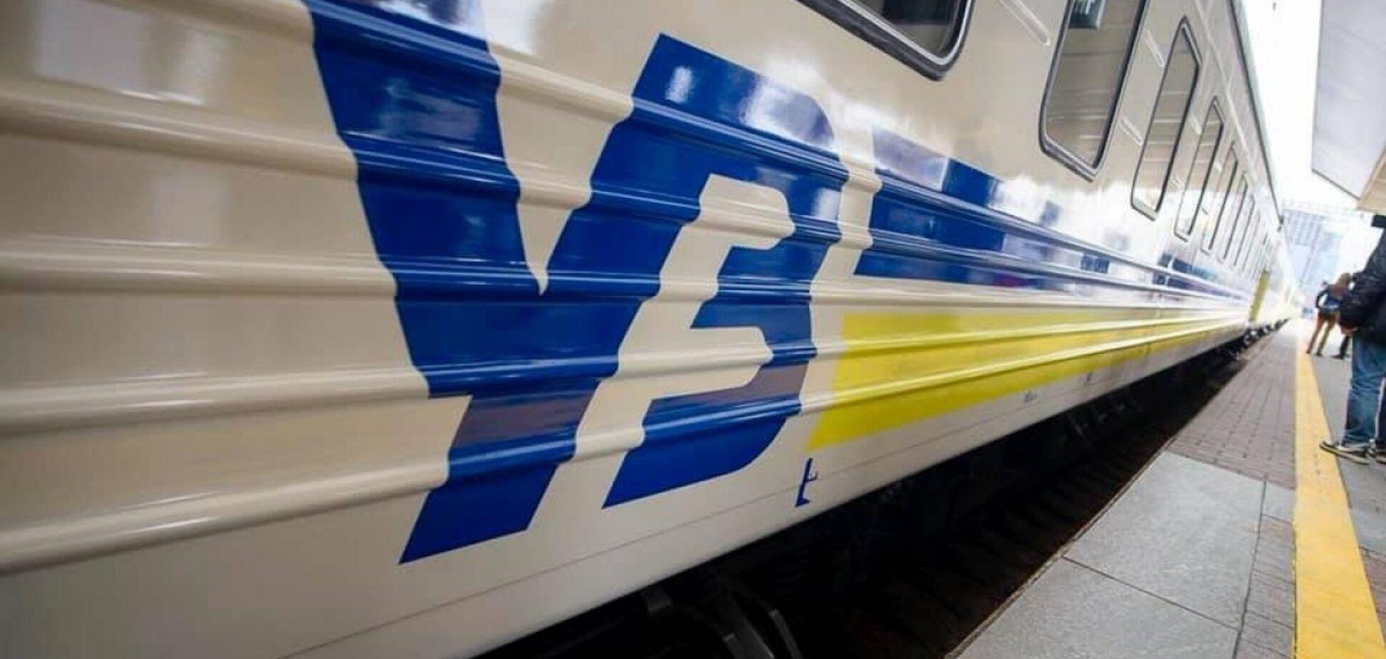 У поїзді 'Укрзалізниці' на пенсіонерку впала полиця з 80-кілограмовим пасажиром: у жінки перелом хребта