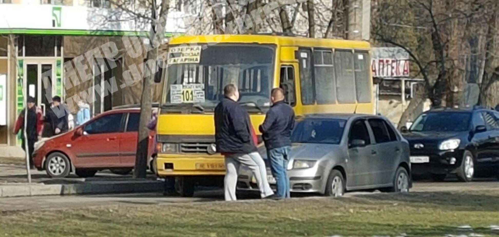 В Днепре произошло ДТП с маршруткой: на проспекте огромная пробка. Видео