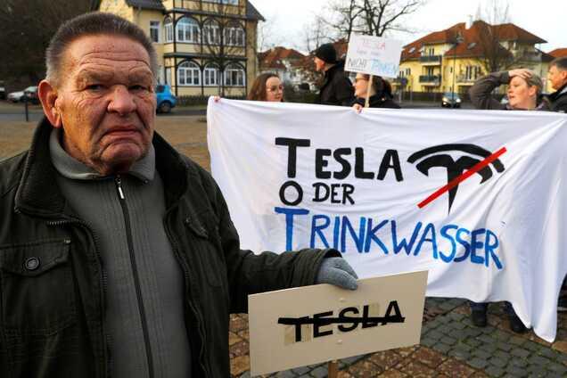 Демонстрація активістів проти створення фабрики Tesla