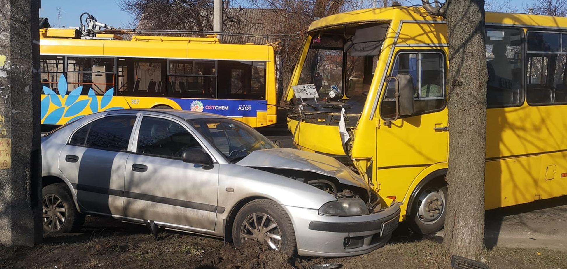 У Черкасах маршрутка зіштовхнулася з двома легковиками: четверо постраждалих. Фото