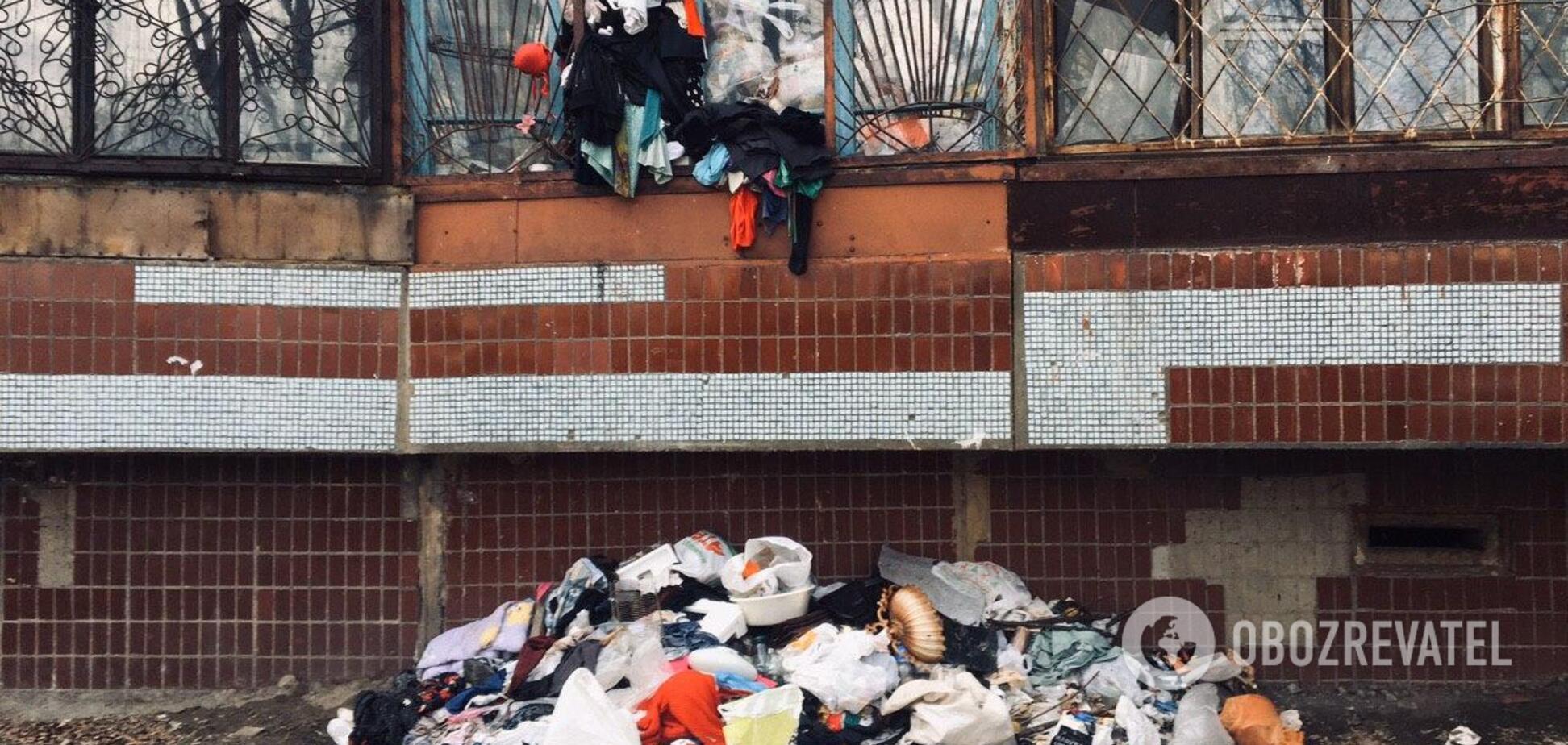 'Мусор вываливается из всех щелей': в Днепре женщина устроила свалку на балконе