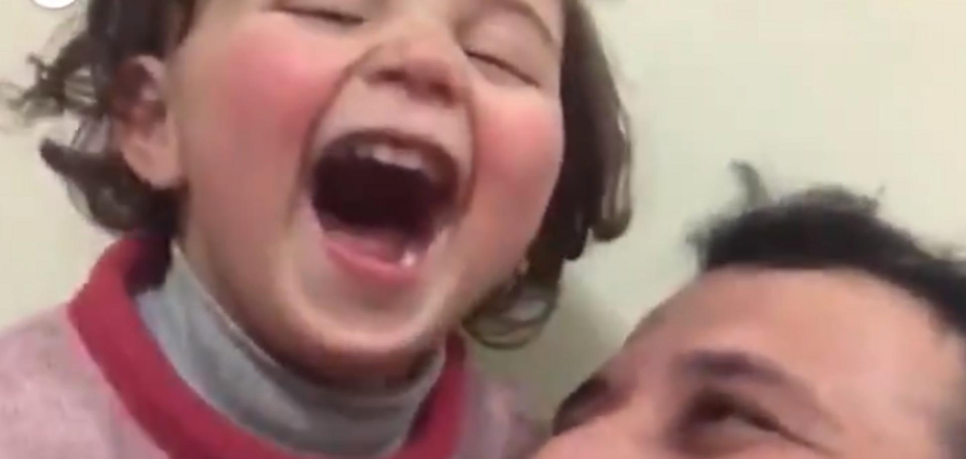 'Бомба? Смішно!' Сирієць придумав гру для 3-річної доньки під час російських авіаударів: зворушливе відео