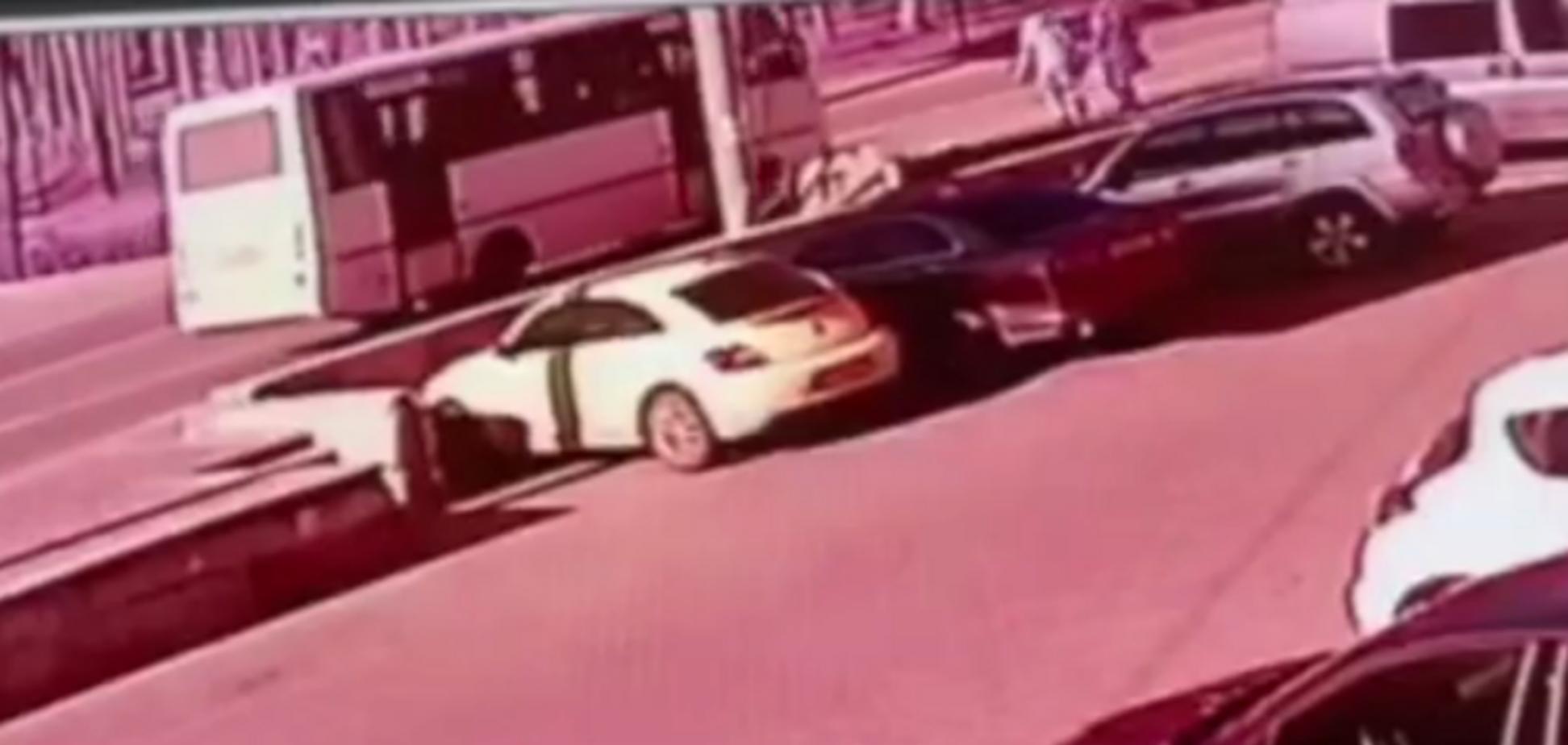 Перебегали дорогу: трагическое ДТП с девушками под Киевом попало на видео. 18+