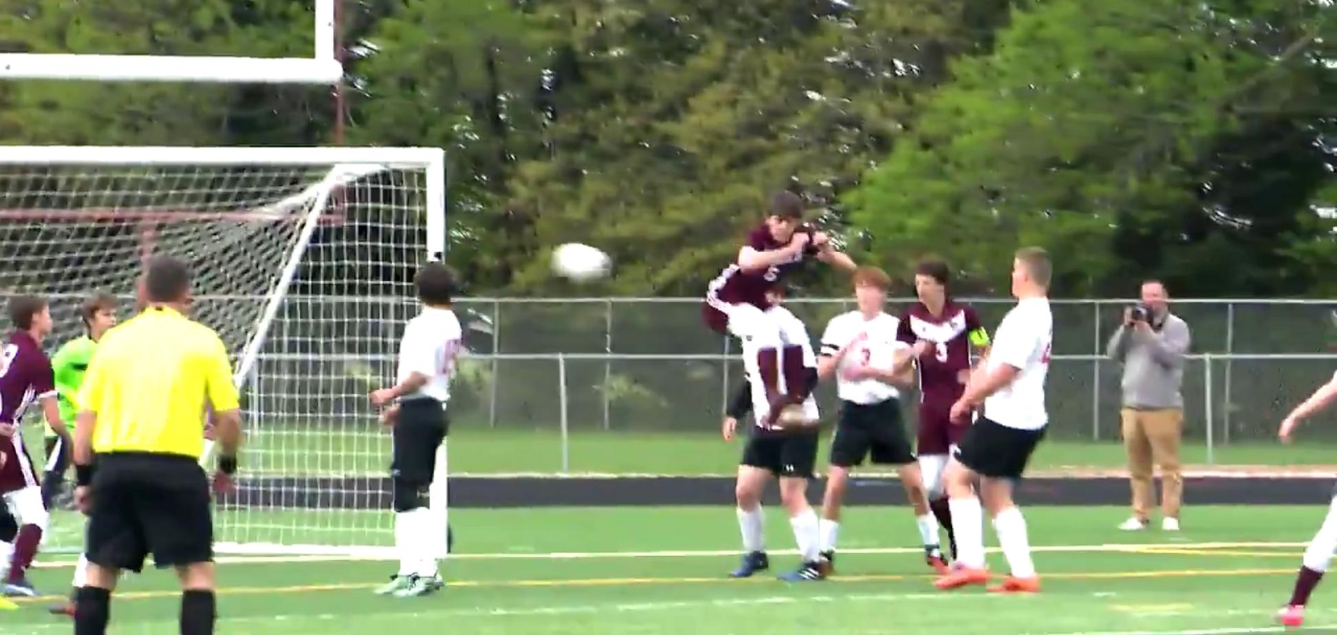 'Гол года!' Футболист забил уникальный мяч задницей в прыжке