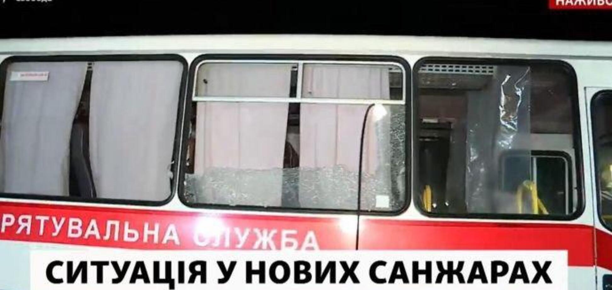 Автобусы разбиты камнями: украинцы из Уханя 'прорвались' в санаторий Новых Санжар. Фото и видео