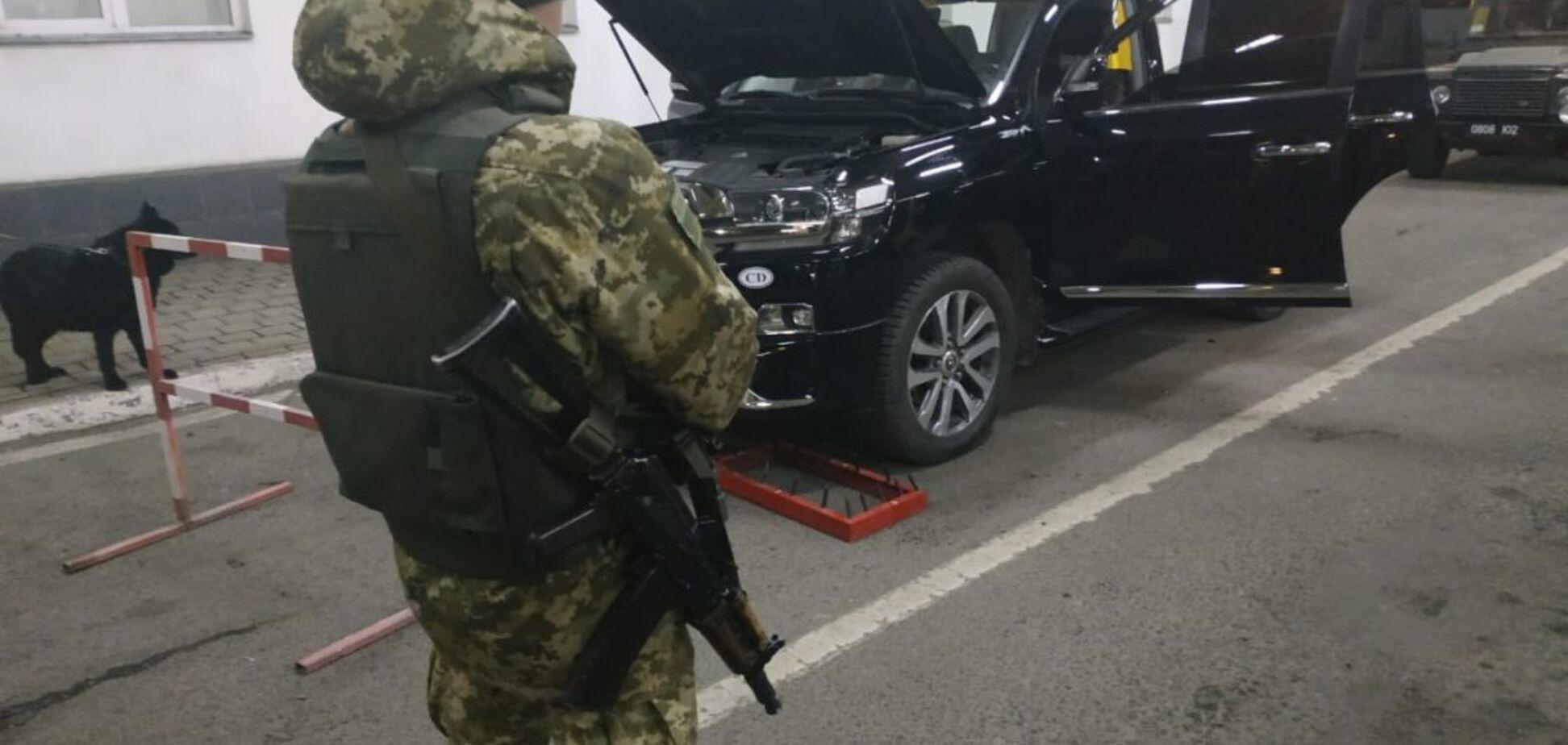 На границе Украины задержали дипломата с контрабандой. Видео