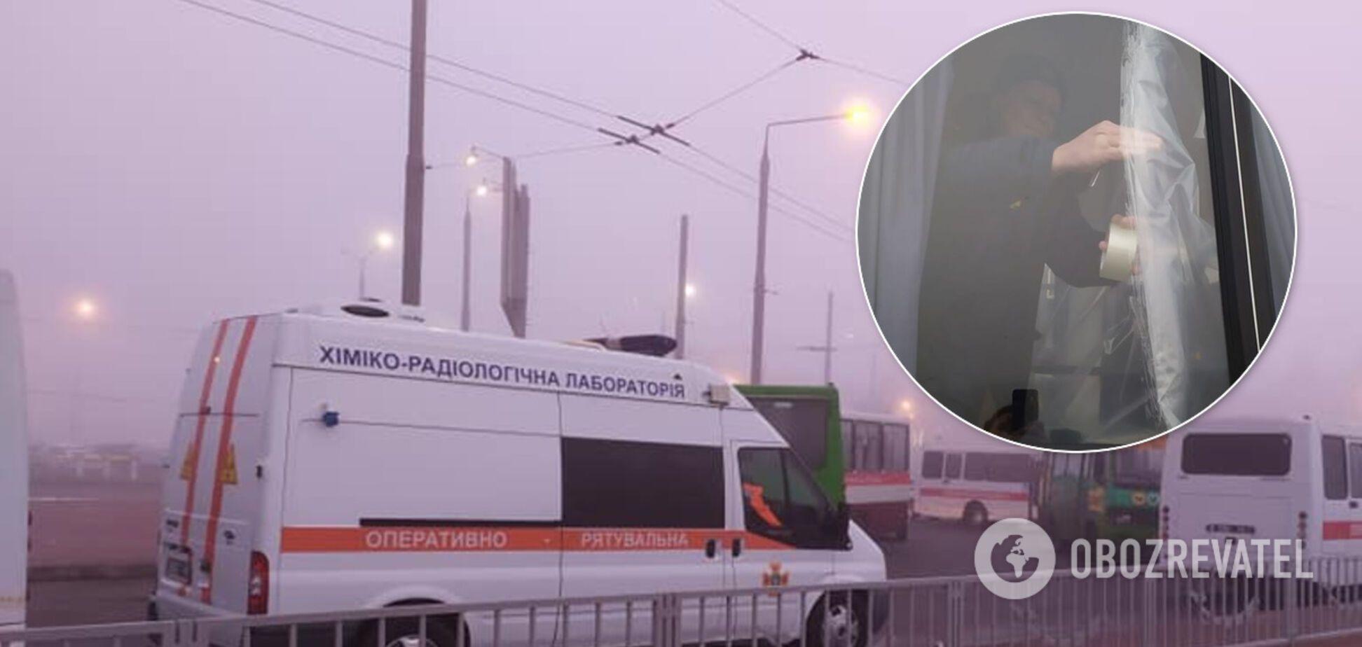У захисних костюмах, автобуси обклеюють скотчем: як українців чекають із Уханя. Фоторепортаж