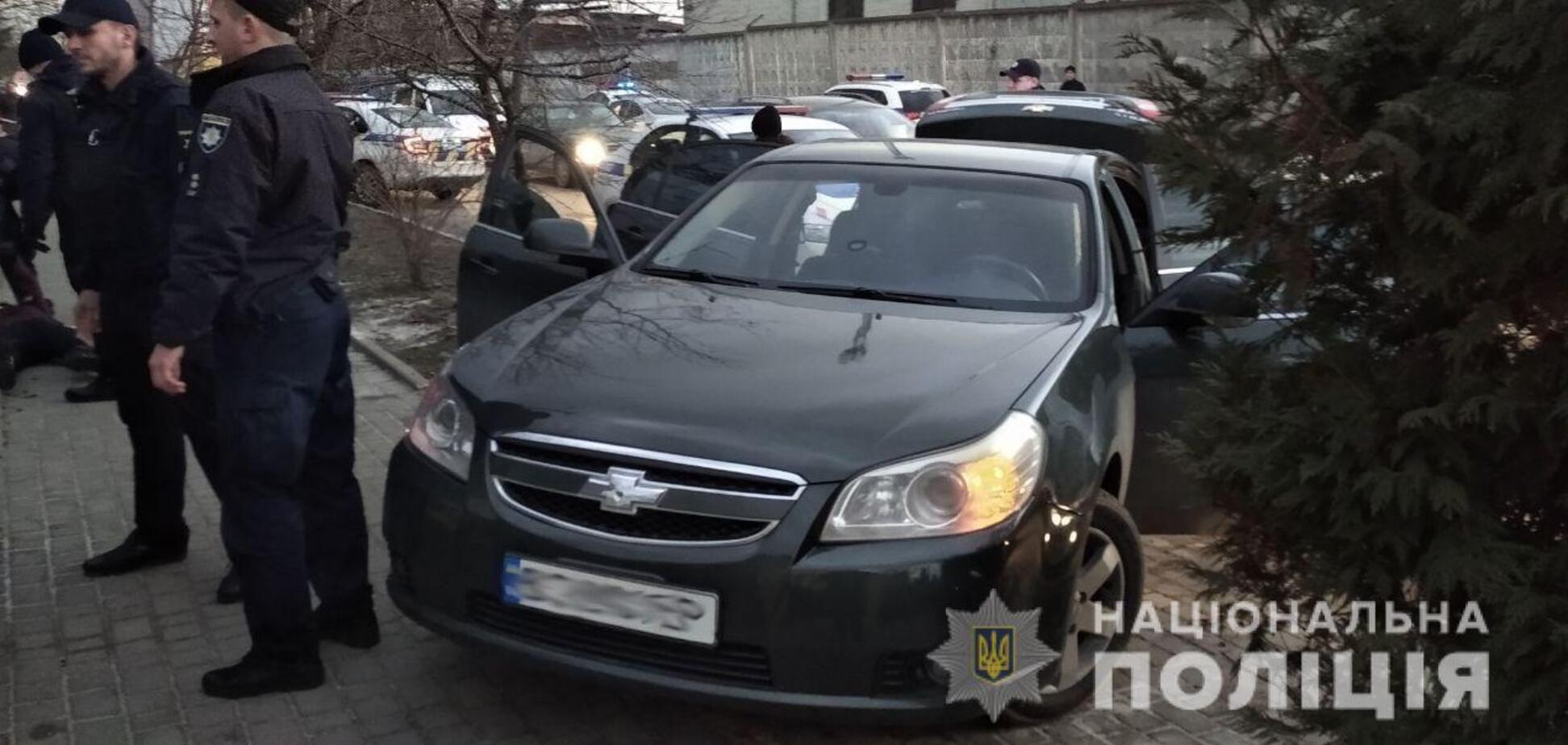 Со стрельбой запихали в багажник: во Львове в открытую похитили человека. Фото