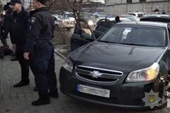 Зі стріляниною запхали в багажник: у Львові відкрито викрали людину. Фото