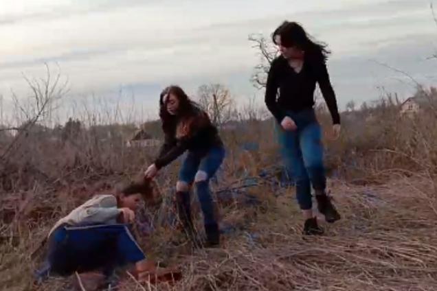 """""""Колином!"""" Появилось видео жестокого избиения девушками школьницы"""