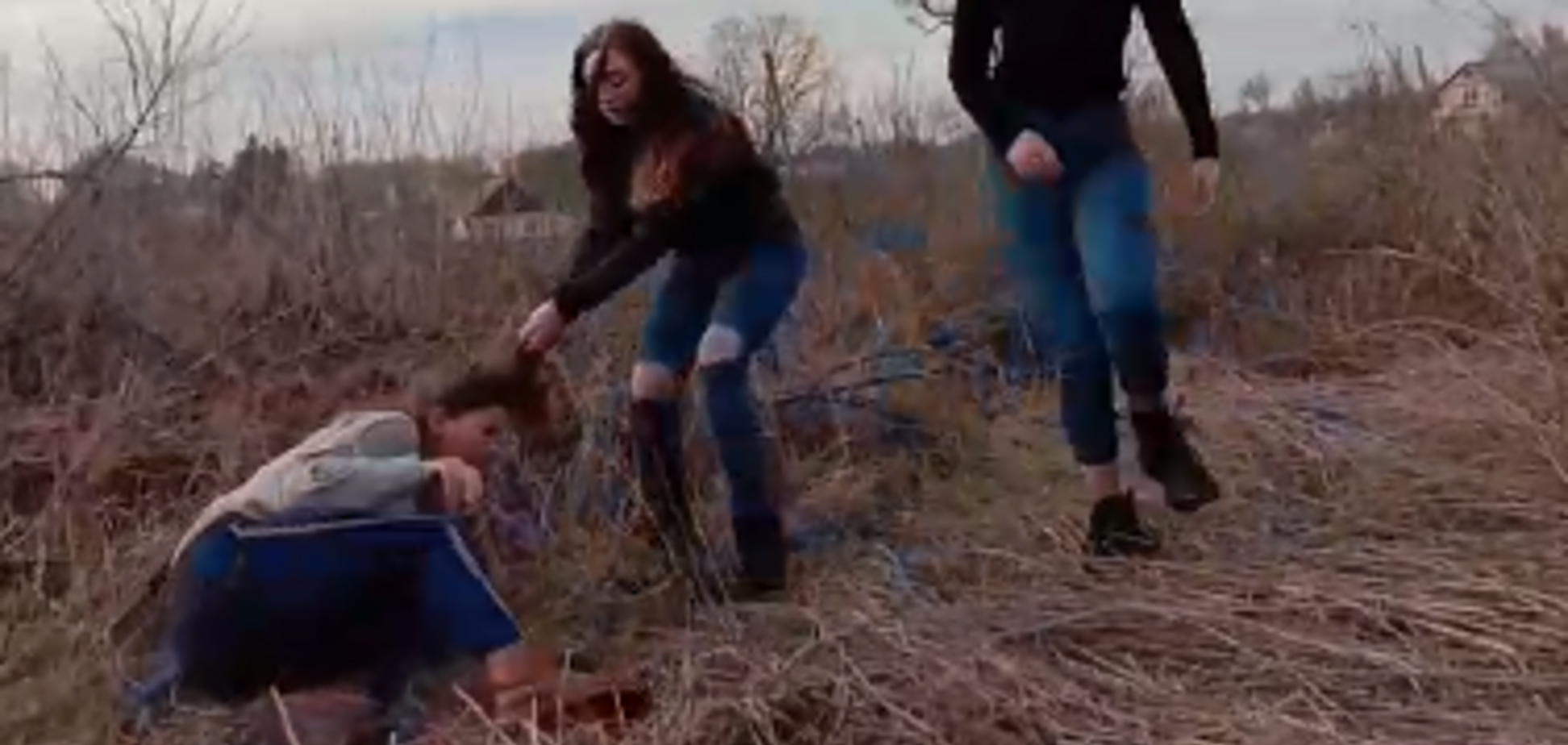 'Коленом!' Появилось видео жестокого избиения девушками школьницы
