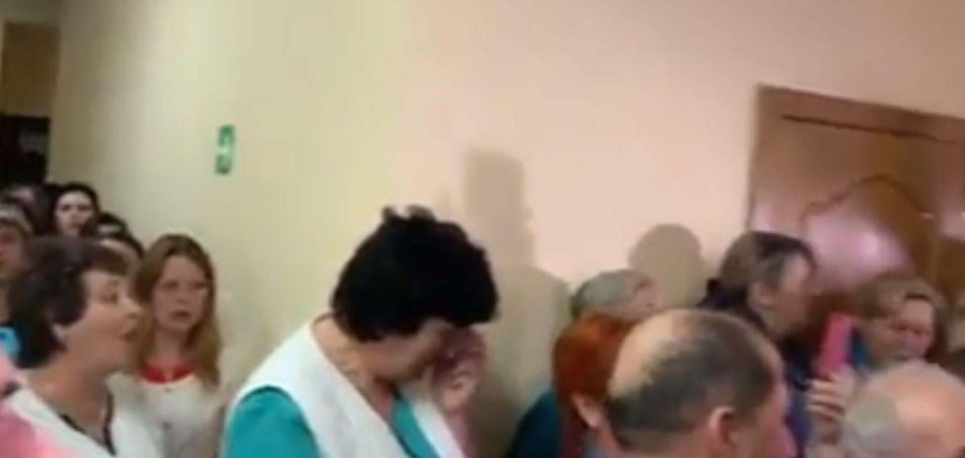Евакуація з Уханя: на Львівщині зраділи, що до них не привезуть українців із Китаю, і заспівали гімн. Відео