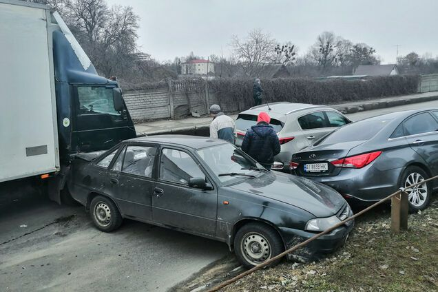 У Києві вантажівка без гальм протаранила маршрутку і чотири авто