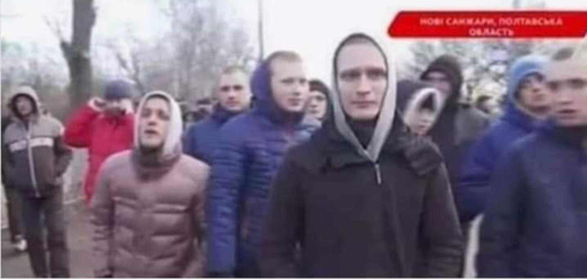 В Новые Санжары на протесты свезли людей из другой области. Журналист показал доказательства