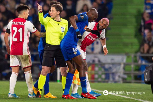 Райан Бабель насмехается над Алланом Ньомом в матче Лиги Европы