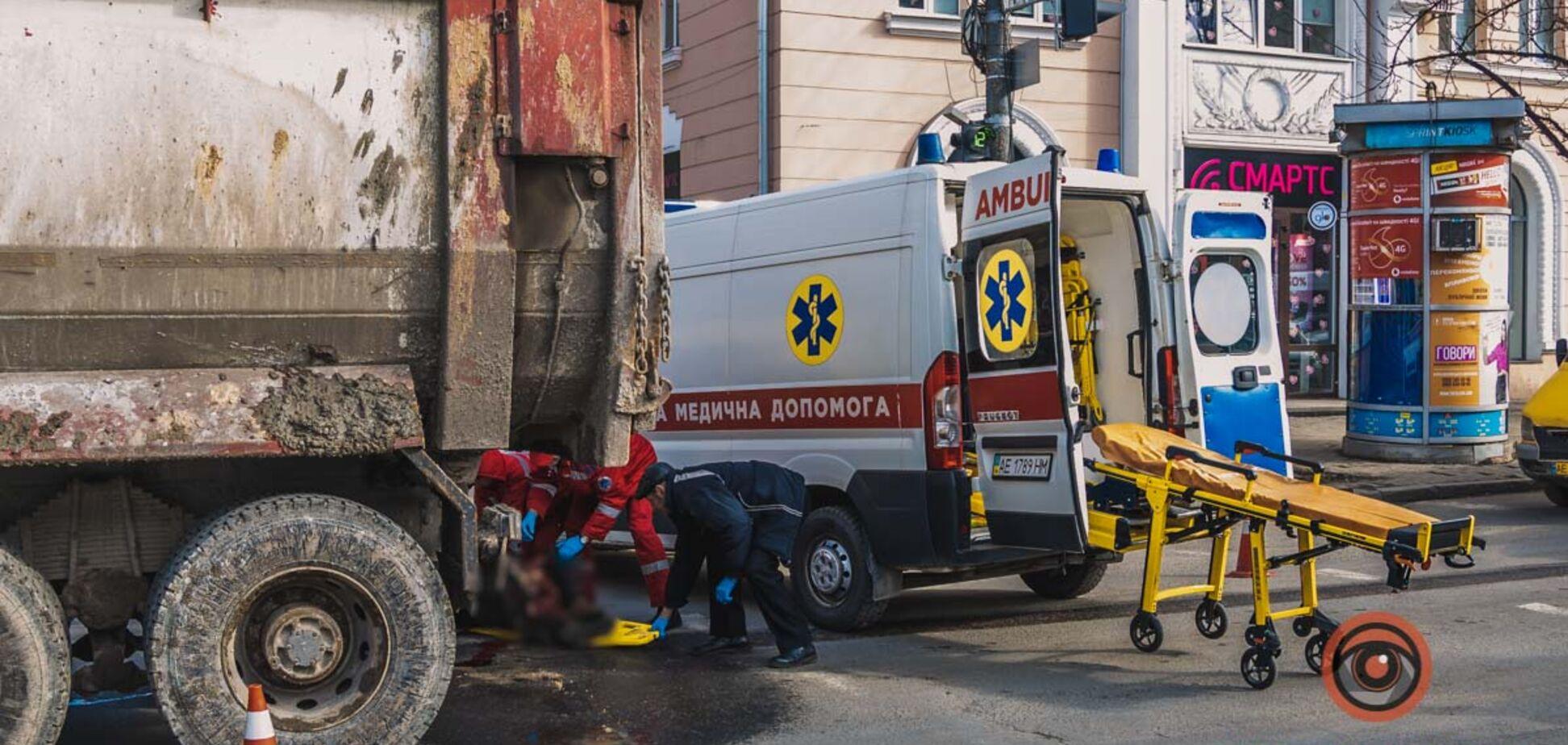 У центрі Дніпра вантажівка переїхала чоловіка: моторошне відео 18+
