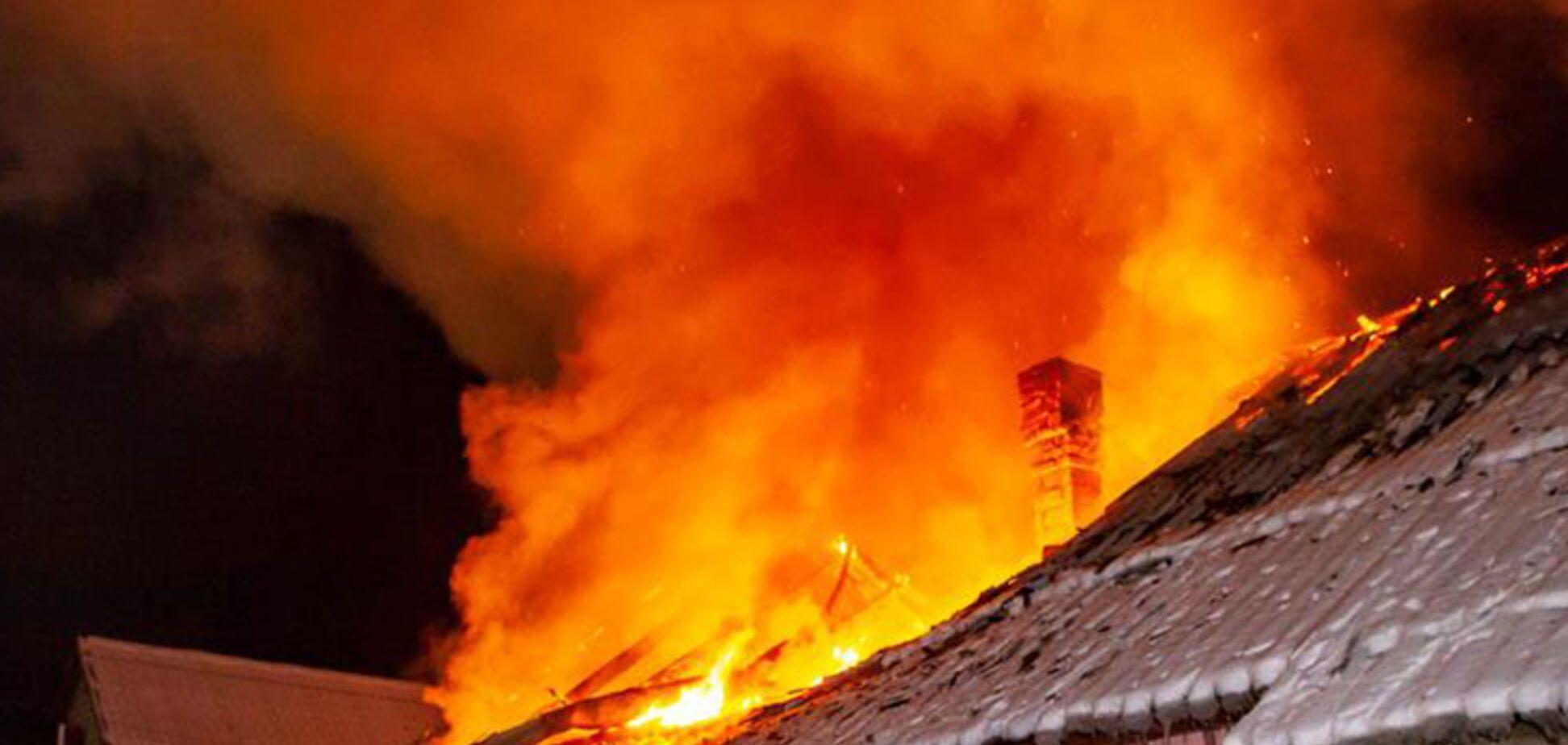 В Днепре на территории частного сектора произошел крупный пожар. Видео