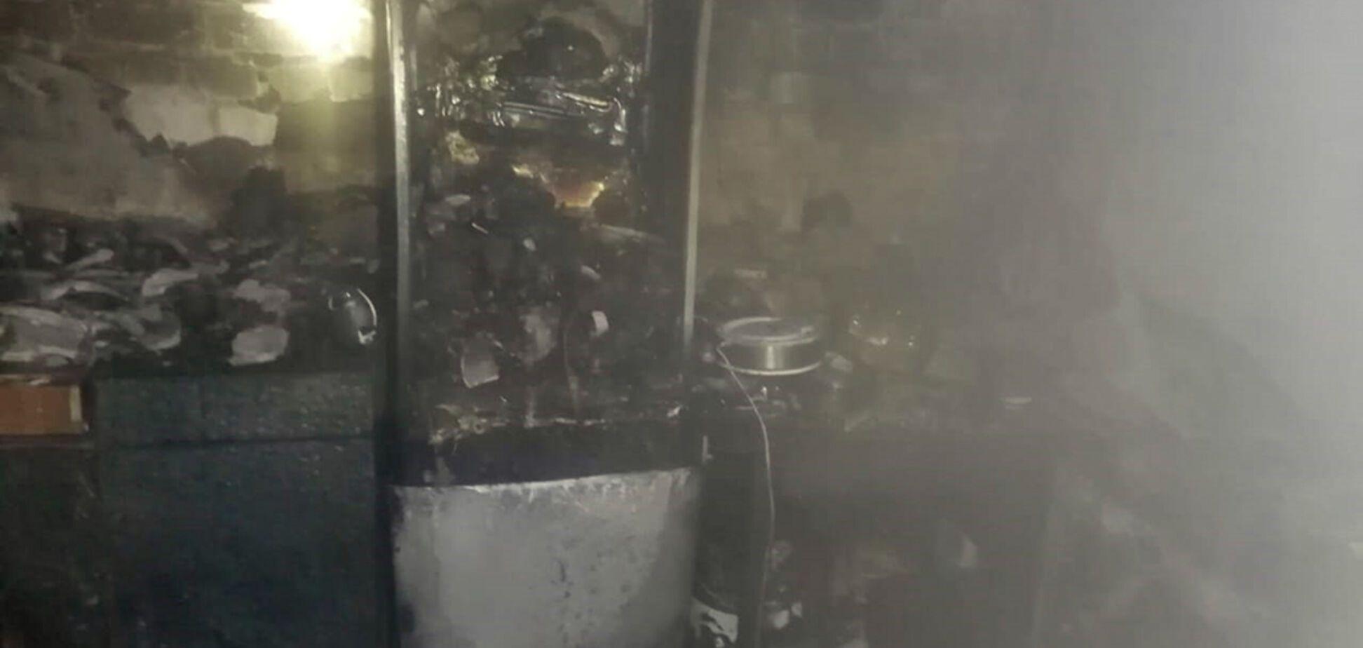 Под Днепром спасатели выносили детей из горящего общежития. Фото