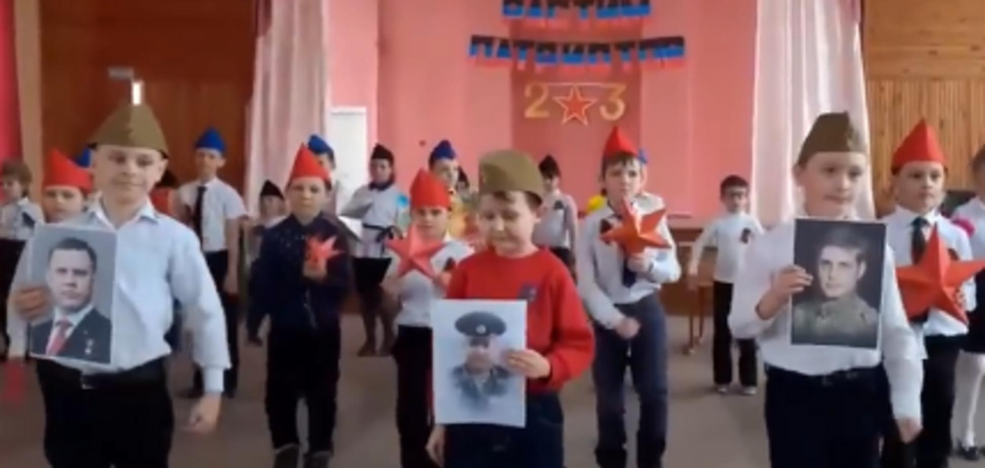 Дети маршируют с портретами террористов ДНР