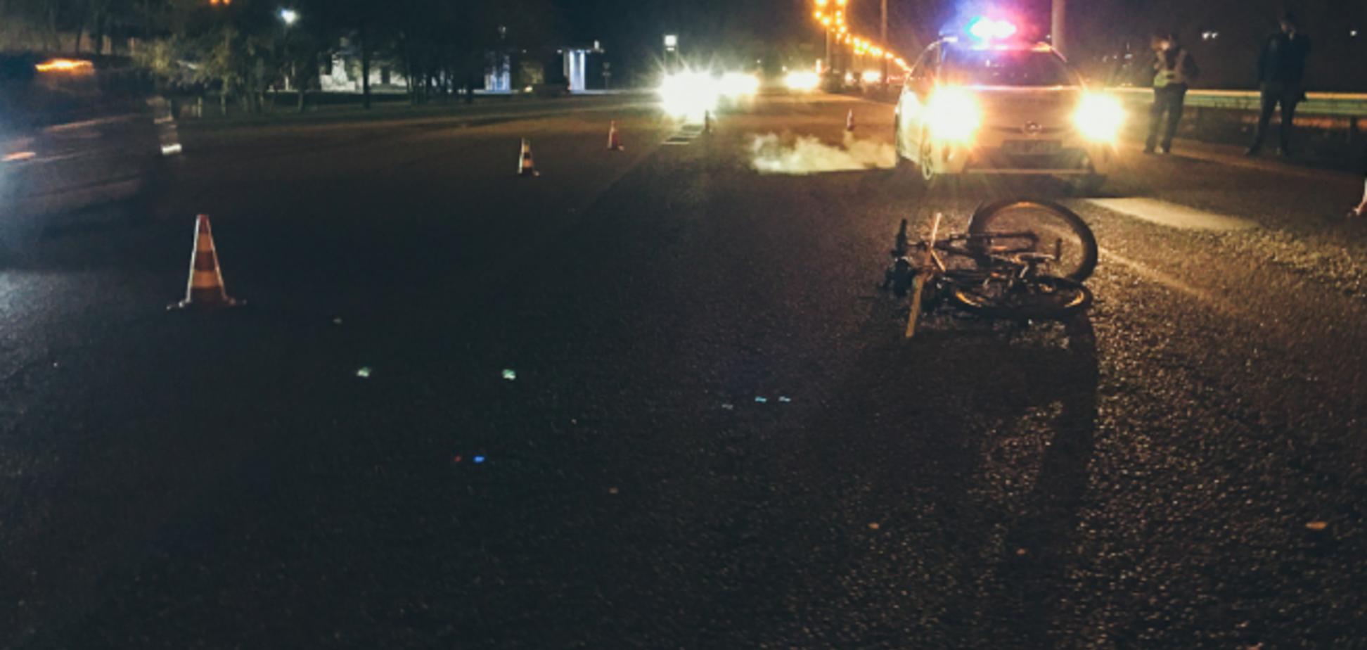 В Днепре автомобиль на скорости снес велосипедиста. Видео