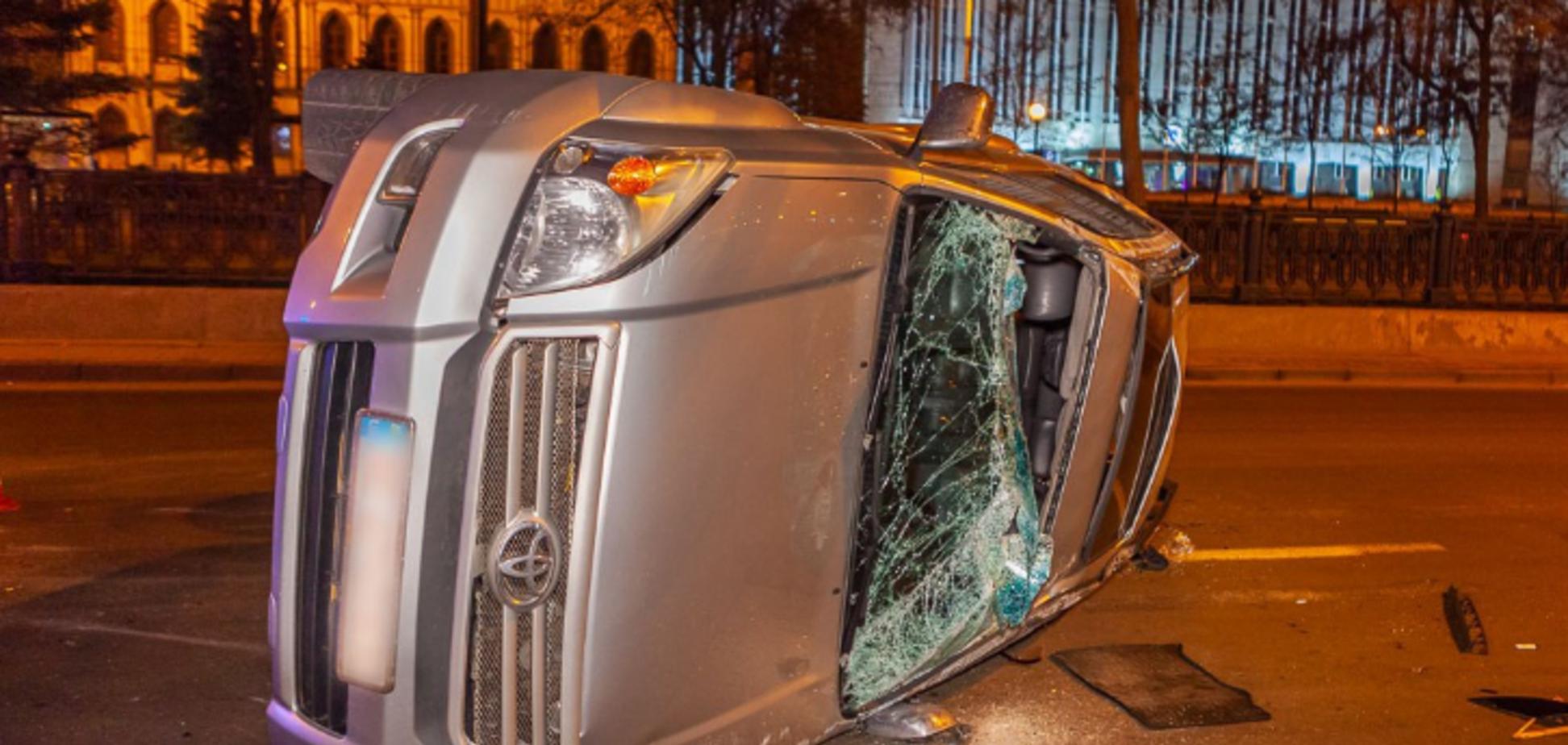 В центре Днепра столкнулись Lexus и Toyota: джип перевернулся на бок. Видео