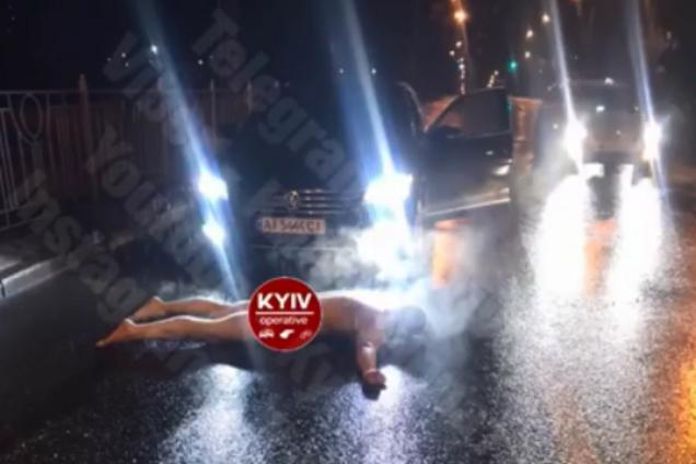 """В Киеве голый водитель в неадекватном состоянии устроил """"истерику"""" на дороге"""