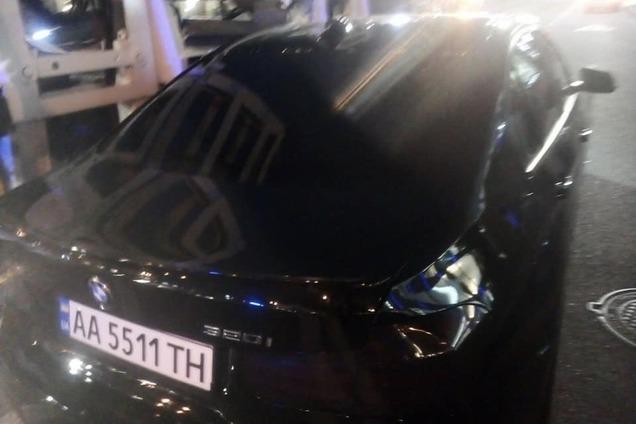 """У Києві евакуювали авто """"героя парковки"""" разом з малими дітьми"""