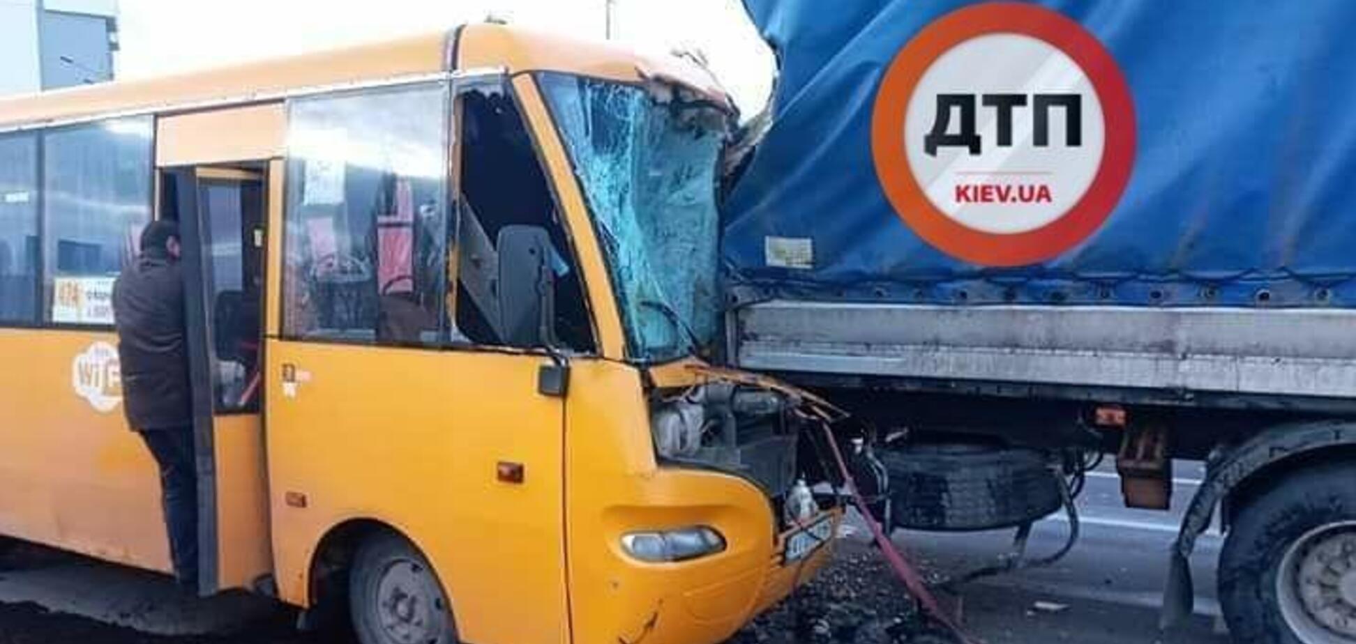 У Києві маршрутка на повному ходу влетіла у вантажівку