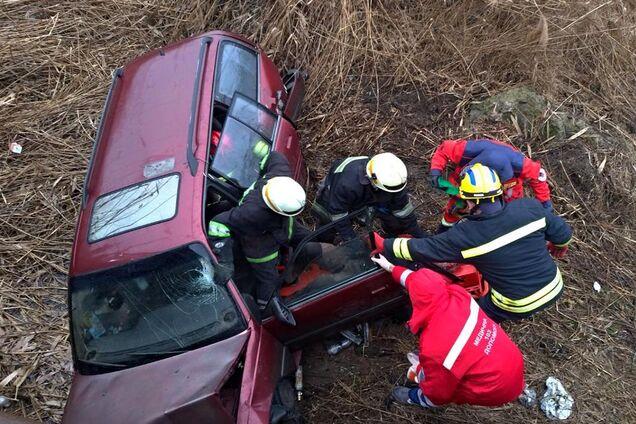 В Днепре автомобиль слетел с моста в балку