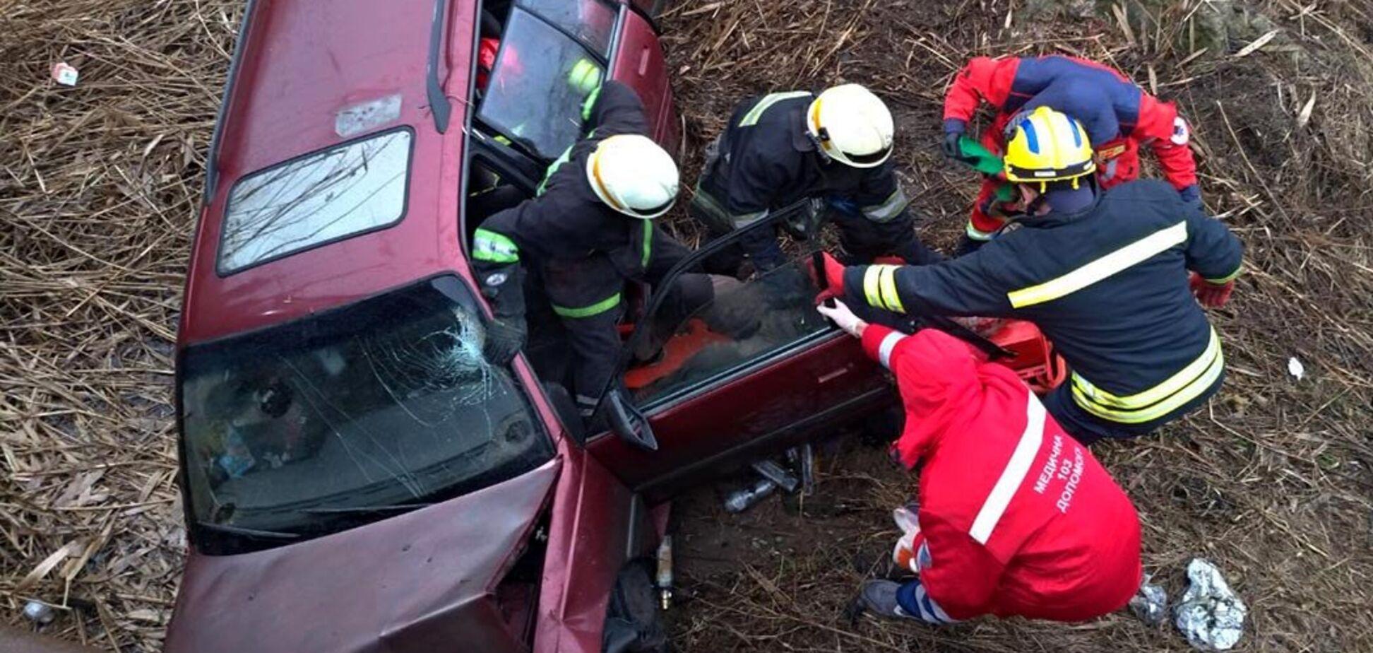 В Днепре автомобиль слетел с моста в балку: есть пострадавший. Фото