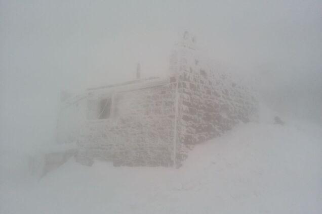 На одной из самых высоких гор Карпат разбушевалась вьюга. Фотофакт